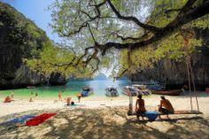 """เกาะเหลาลาดิง จ.กระบี่ เป็นเกาะเล็กๆ ที่มีชายหาดเว้าเข้าภายในตัวเกาะ น้ำทะเลใสสะอาด ความงามของหาดทรายที่เงียบสงบเป็นส่วนตัว จนชาวต่างชาติขนานนามกันว่า """"เกาะพาราไดส์"""" www.unseentourthailand.com  ภาพ: Amazing Thailand"""