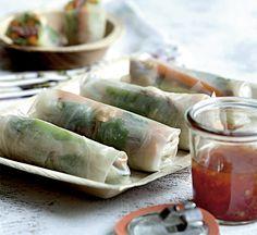 Rispapirruller kan fyldes med lige det, du har lyst til, men sprøde grøntsager er et sikkert hit - her er de i kombination med lækker oksekød, det er virkelig nem mad.