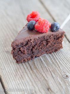 Samettinen suklaakakku, toiselta nimeltään velvet chocolate cake on sisältä pehmeä ja vähän tahmainen suklaakakku. Koukuttavan hyvää ja nopea tehdä!