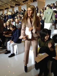 """Anna Dello Russo chegou hoje ao desfile da Louis Vuitton com uma roupa normalíssima (e muito chique, diga-se de passagem) para os """"padrões ADR de vestimenta"""" para as semanas de moda. Super ok, certo? Mais eis que… OOOOOOOOOPS! Um grampo (tipo braçadeira) apertava a sua calça atrás para ajustá-la à cintura.Xi, Anna… ficou bom, não… …"""