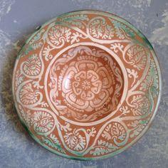 Piatto - Dish - (Ptickart Ceramica - Beatrice Brignani - ceramica ingubbiata e graffita, pigmentata con giallo ferraccia, verde ramina: lavorazione a ribassato punta e stecca - XIV/XV sec riproduzione -