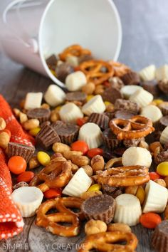 Reese's Snack Mix :: This 5 minute snack mix is great for movie night, games and to give as gifts! Snacks To Make, Easy Snacks, Appetizer Recipes, Snack Recipes, Yummy Appetizers, Sweets Recipes, Baking Recipes, Yummy Recipes, Yummy Food