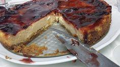 Te traemos hoy la famosísima tarta de queso New Yok: una base de crujiente galleta y una crema de queso cremoso y que se funde coronada con una capa de mermelada. La Cocina de Pedro y Yolanda.