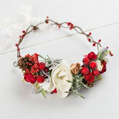 The Knot Boutique por TheKnotAccessories Winter Flowers, Red Flowers, Winter Flower Girl, Christmas Wedding Flowers, Holiday Wedding Ideas, Vintage Christmas Wedding, Rustic Red Wedding, Wedding Flower Photos, Yule