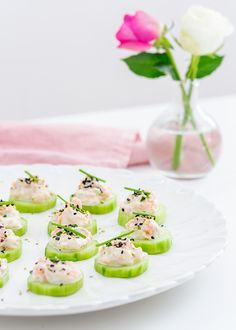 Prova att göra snittar på gurkskivor istället för på bröd. Fräscht och gott! Dessa gurksnittar med kallrökt lax går både snabbt och enkelt att göra - perfekt till minglet! #plockmat #buffé #snittar #fingerfood #mingel Sugar And Spice, Fish And Seafood, Afternoon Tea, Tapas, Sushi, Brunch, Food And Drink, Appetizers, Cooking Recipes