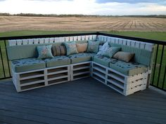 DIY pallet corner sofa can turn out to be a marvelous piece of furniture created out of the so called junk. To be more creative and recycle master the baby Backyard Projects, Diy Pallet Projects, Outdoor Projects, Pallet Bank, Pallet Crates, Refurbished Furniture, Pallet Furniture, Outdoor Furniture Sets, Diy Couch