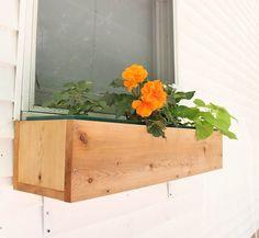 Gina Michele: How to Build a Cedar Window Box [video tutorial] Cedar Window Boxes, Window Box Plants, Cedar Box, Window Box Flowers, Window Planter Boxes, Planter Box Plans, Diy Planter Box, Diy Planters, Railing Planters