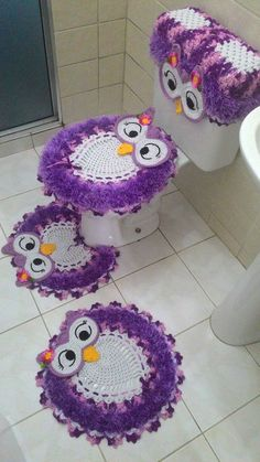 Juego de baño Crochet Mat, Crochet Owls, Crochet Home, Crochet Crafts, Knitting Projects, Crochet Projects, Knitting Patterns, Crochet Patterns, Bathroom Crafts