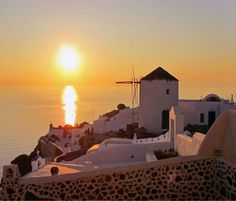 http://www.edeliving.com/blog/destinations/puzzle-your-memories-from-the-cyclades/ Santorini