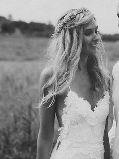 Penteado para casamento para fazer sozinha: A franja torcida foi complementada por uma tiara de flores. Lindo!