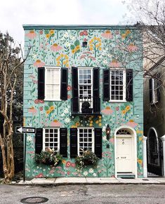 Paint the world - Charleston edition 💛The world we live in can be whatever we decide it to be. What do you want the world to look like? Beautiful Buildings, Beautiful Homes, Beautiful Places, Exterior Design, Interior And Exterior, Haus Am See, Cute House, Mural Art, House Goals