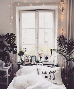W bardzo małej sypialni wąskie łóżko ustawiono pod wysokim oknem. By dodać wnętrzu przytulności, na parapecie...