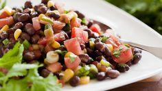 Pour avoir une texture plus intéressante, utiliser du maïs fraîchement étuvé et des haricots cuits maison. Cette salade est une grande entrée pour végétariens.