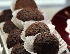 Arraksbollar, ska vara krämigt mjuka med tydlig arrakssmak. Använder du mandelmassa och sockerkakssmulor kommer dem att bli det! Här får du ett bra recept.