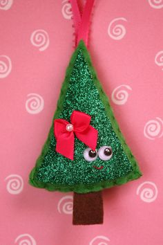 Happy Tree Felt Christmas Ornament - Crafting For Holidays Felt Christmas Decorations, Christmas Ornament Crafts, Christmas Sewing, Christmas Projects, Kids Christmas, Felt Crafts, Holiday Crafts, Handmade Ornaments, Felt Ornaments