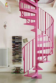 Dit model trap lijkt me wel wat voor op de zolder van het bijgebouw. Maar dan wel in een andere kleur. Roze trap is misschien wel tof voor de trap naar Madelief's kamer.