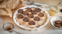 Někdo to rád sladké, někdo to rád sladké hodně. Pokud kreceptům trochu cukru spíš přidáváte, než abyste ubírali, na tomhle koláči si dokonale smlsnete. Spojte křupavé čokoládové těsto sjemným krémem zkondenzovaného mléka, smetany aarašídového másla ageniální zákusek je tu! Cookies, Food, Crack Crackers, Eten, Cookie Recipes, Meals, Biscotti, Fortune Cookie, Cakes