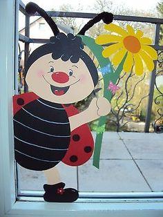 Fensterbild Tonkarton Frühling Fenstergucker:Ein Marienkäfer Junge mit Blume XL