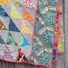 Half square triangle quilt from @eclecticthread on Instagram // love the big side border