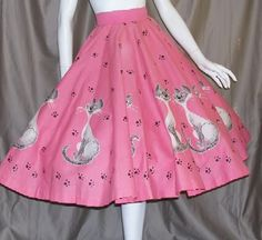 """Disney circle skirt kit featuring Lady The Tramp's """"Si Am"""" cats w/ pawprint on pink, no labels. Vintage Outfits, 1950s Outfits, Vintage Dresses, Vintage Clothing, 1950s Style, Vintage Mode, Vintage Ladies, Vintage Style, 1950s Fashion"""