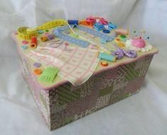 Caixa em mdf revestida em tecido decorada em biscuit R$ 105,00