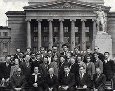 1953 г. Первые выпускники - архитекторы. Сидят: В.В. Кавадеров, Н.С. Алферов, К.Т. Бабыкин, С.И. Смирнов, Б.М. Давидсон, П.В. Оранский – преподаватели кафедры архитектуры.