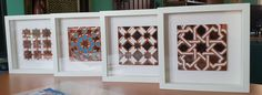 Pequeños cuadros hechos con azulejos en relieve de 14x14