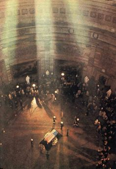 John F. Kennedy's Casket in the Rotunda, Washington, DC. Who was shot Nov year marks 50 yrs.since his death I remember listening to Walter Cronkite's emotional tv announcement. Us History, American History, Kennedy Assassination, American Presidents, Jackie Kennedy, Interesting History, Casket, Historical Photos, Jfk Jr