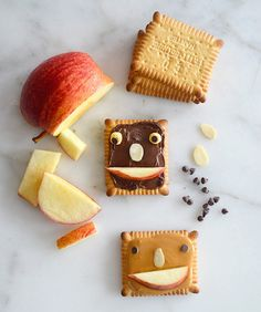 snack recipes: Peanut butter and fruit faces Super Make It for 100 Layer Cakelet Cute Food, Good Food, Yummy Food, Kreative Snacks, Baby Food Recipes, Snack Recipes, Happy Foods, Food Humor, Cooking With Kids