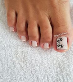 Semi-permanent varnish, false nails, patches: which manicure to choose? - My Nails Toe Nail Color, Toe Nail Art, Nail Colors, Pretty Toe Nails, Cute Nails, Pretty Toes, Hair And Nails, My Nails, Nail Salon Equipment