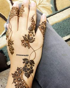 No photo description available. Finger Henna Designs, Bridal Henna Designs, Unique Mehndi Designs, Beautiful Mehndi Design, Arabic Mehndi Designs, Simple Mehndi Designs, Mehndi Designs For Hands, Henna Tattoo Designs, Mehndi Tattoo