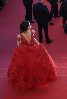 Portuguese model Sara Sampaio poses as she arrives on May 17, 2017 for the screening of the film 'Ismael's Ghosts' during the opening ceremony of the 70th edition of the Cannes Film Festival in Cannes, southern France. / AFP PHOTO / Antonin THUILLIER