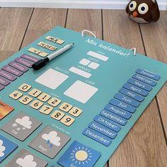 """«Den her er såå kjekk for datteren vår. Det første hun sier om morgenen nå er: """"hvilken dag er det i dag?"""", og så løper hun bort til kalenderen sin.👏»  Tusen takk for hyggelig tilbakemelding 🙏♥️  Barna lærer på en morsom måte!  Hvor mange dager er det til bursdagen? Er det snart sommerferie? Magnetiske brikker som lett flyttes rundt.   Blanke brikker for:  Barnets navn Alder Fødselsdag  Populær bursdagsgave! Hygge, Barn, Letter, Calendar, Creative, Converted Barn, Barns, Shed, Letters"""