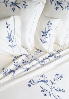 bedding - white and blue romantic floral print. Bespoke bed linens by Léron. Toile birds bed linens from the Connoisseur collection.