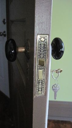 How to get that authentic Victorian lock set 1889 Victorian House Restoration Victorian Door, Victorian Interior Doors, Victorian Houses, Victorian Interiors, Modern Victorian Bedroom, Modern Victorian Homes, Victorian Design, Door Knobs And Knockers, Gates