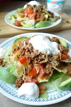 Super schnell, einfach und gesunder Taco Salat. Mit Putenhack, Avocado, Tomaten, Salat, Saure Sahne und Streukaese. 20 Minuten Abendessen