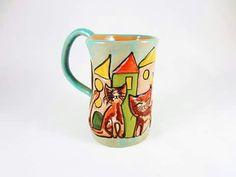 Mug creata incisa e decorata a mano, con il mio inconfondibile stile di gatti e casette. Love it ♡
