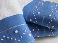 Conjuntos de toalhas turcas com barras de linho em bordado Madeira. Temos disponíveis várias cores. loja online - online shop: www.bordal.pt #bordal #handmade #bordadomadeira #madeiraembroidery #madeiraisland