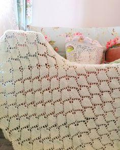 """1,170 Beğenme, 33 Yorum - Instagram'da Gülay Perveli DEĞİRMENCİ (@gulay_degirmenci): """"Günaydın 🍂 Yaprak battaniye videosunu Gülay Değirmenci you tube kanalımda paylaştım. Çok zarif…"""" Blanket, Crochet, Bed, Instagram, Home, Stream Bed, Ad Home, Ganchillo, Blankets"""