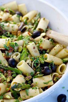 Pasta mediterranea con aceitunas negras, espárragos y pistaches. Super rica y fácil de hacer.P&V.#vegan#ad