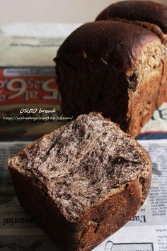 オレオ山食パン オレオがいい仕事してくれてるパンです。甘くてふんわり美味しい♪ にっこパッド 材料 (1斤分) 強力粉 250g 砂糖 20g 塩 3g バター 20g スキムミルク 10g 水 180g ドライイースト 4g オレオ 7枚 作り方 1 オレオ以外の材料をHBの所定の場所に設置して生地作りコース。 2 オレオを袋に入れて大きめに砕いておく。 生地がまとまってきたらHBの中へ入れて1次発酵まで完了させる。 3 軽くガス抜きをして生地を3等分に切って丸くして、乾燥しないようラップをし、15分間ベンチタイム。 4 生地を伸ばす。 5 両端を折って手前からくるくると丸める。綴じ目はしっかりと閉じる。 6 綴じ目を下にして型に入れる。 7 型の8分目になるまで2次発酵。 8 200度に予熱したオーブンで30分焼成して出来上がり。 9 パカッと割ったらふわふわで美味しい♪ 10 マーブルになってオレオがお目見え♪ コツ・ポイント ・焼成温度・時間はオーブンによって違うので、様子を見て調整してください。 ・オレオはミニサイズではなく普通のサイズのオレオを使用しています。…