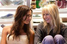 Odette Yustman y Kristen Bell en You Again