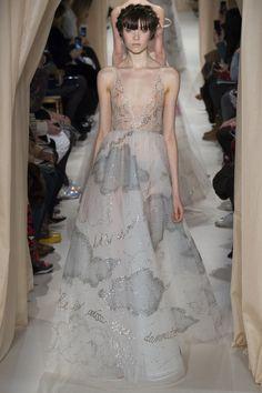 Le défilé Valentino haute couture printemps-été 2015 http://www.vogue.fr/mode/news-mode/diaporama/les-broderies-du-dfil-valentino-haute-couture-printemps-t-2015/18827/carrousel#le-dfil-valentino-haute-couture-printemps-t-2015