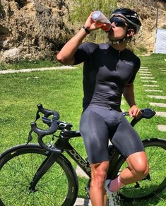 Two wheeled fun! Cycling Suit, Cycling Wear, Commuter Cycling, Road Cycling, Fab Boys, Lycra Men, Look Man, Athletic Fashion, Attractive Men