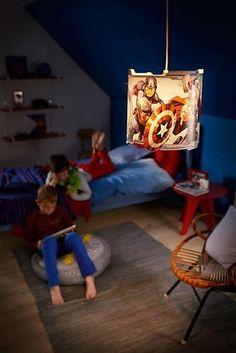 De levendige en kleurrijke hanglamp van Philips en Marvel Avengers heeft grappige uitsnijdingen die speelse patronen op de slaapkamermuur werpen. De favoriete Avengers-figuren van uw kind zullen zeker voor grootse, fijne dromen zorgen!