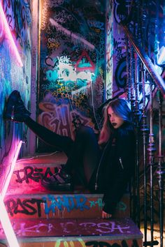 Excellent Photography Tips For Shooting Great Photos – Photography Neon Photography, Creative Photography, Portrait Photography, Popular Photography, Photography Awards, Photography Magazine, Female Photography Poses, Poses Pour Photoshoot, Photoshoot Concept