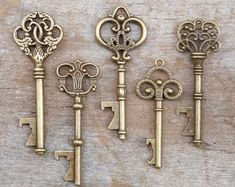 50 Assorted Key Bottle Openers - Antique Gold - Vintage Skeleton Keys - Wedding Decorations and Party Favors Such a fun wedding favor or escort card idea for a vintage wedding Gold Wedding Favors, Wedding Favors For Guests, Bridal Shower Favors, Wedding Gifts, Wedding Ideas, Diy Wedding, Garden Wedding, Wedding Tables, Rustic Wedding