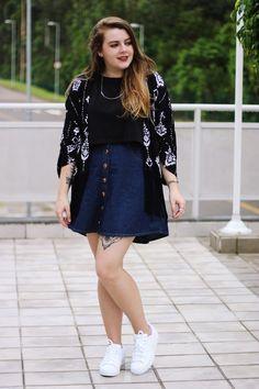 Look comfy com Top Cropped preto e  Kimono estampado com franjas. Atenção para a saia com botões frontais que é trend!  Nos pés o meu querido Adidas Superstar branco!