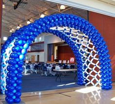 Crib and baby completely made of balloons. An intricate decoration for your baby shower. Balloon Gate, Ballon Arch, Deco Ballon, Balloon Columns, Balloon Garland, Wedding Balloon Decorations, Balloon Centerpieces, Wedding Balloons, Hall Decorations