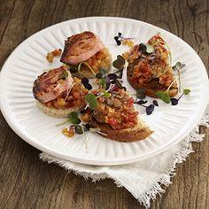 Ruokaisat pinchot syntyvät yhdistämällä Fazer Paahto -leipään joko lohta tai lihapullia. Molemmissa on herkullisia välimerellisiä makuja ja ne ovat mitä parhaimpia herkkuja tarjottavaksi erilaisissa illanistujaisissa. Järjestä esimerkiksi espanjalainen ilta ystävien kesken. Bread, Brot, Baking, Breads, Buns